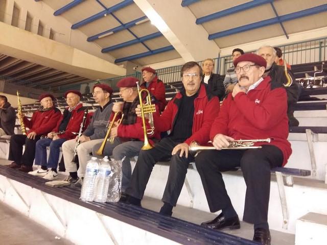 L'ensemble des musiciens répartis sur les gradins vers le haut pour animer ce match
