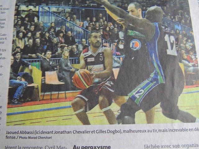 Jaoued Abbassi , devant Jonathan Chevalier et Glles Dogbo, a été malheureux au tir, mais increvable en défense!