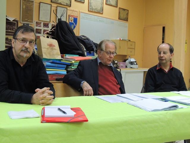 Le Président Jean-claude Fondriest et Gérard Vardon  secrétaire à sa droite et à sa gauche Jean-Lus Lestruhaut , trésorier.