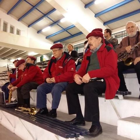 Les musiciens en place sur les gradins tout en haut du Stadium