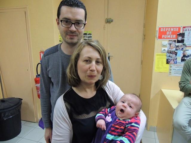 William, Elodie souriante et  fière de nous présenter leur petite fille Noémie deux mois depuis le 8 mars