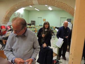 Adrienne et Michel regardent les parents et leur petite Noémie