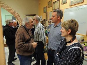 Alain parle avec Eric et Véronique, à côté, écoute.
