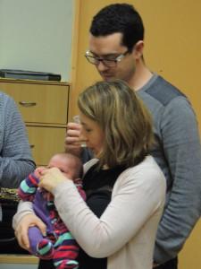 William, le papa, attentif à ce que fait la maman pour se petite fille!