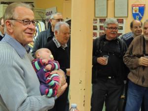 Jean-Claude bien sûr, a demandé à Elodie de prendre Noémie dans ses bras - Tout le monde rigole!
