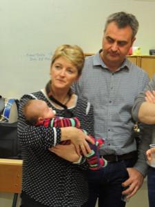 Eric regarde bien cette petite Noémie que Véronique tient dans ses bras !