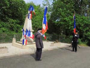 Les porte-drapeaux devant le monument aux morts avant que commence la cérémonie .
