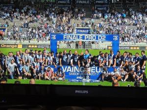 """Voilà l'équipe et les supporteurs en liesse sous le panneau de cette """"FINALE PRO D2"""""""