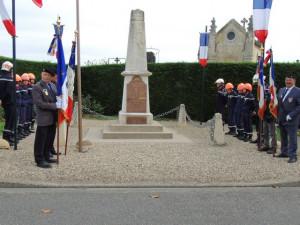 A Brax les porte-drapeaux et pompiers de part et d'autre du monument aux morts