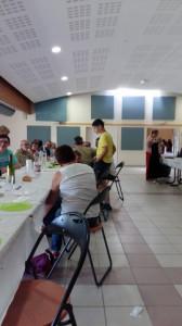 La salle des fêtes avec les tables et chaises et les musiciens qui commencent à arriver