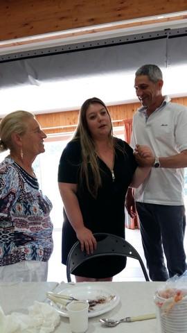 Anne-Marie  s'est approchée de Aurore et Thierry pour faire une photo en souvenir de cette journée