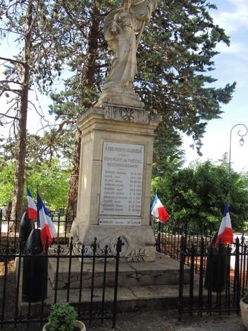 Le monument aux morts  est pavoisé en raison de la cérémonie qui sera à 11h30