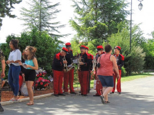 Les musiciens trompettes autour du Chef se font les lèvres en jouant les sonneries