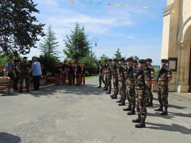 Le peloton est en place devant l'église attendant que les fidèles soient sorti après l'office religieux.