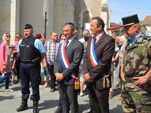 Les Maires de Thézac et Tournon d'Agenais entourés d'un représentant de la Gendarmerie de Tournon et un gradé du détachement de militaires du 48° RT.