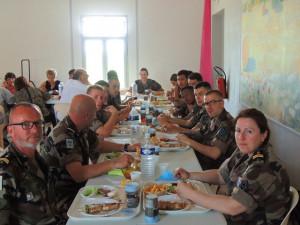 Les militaires étaient bien installés aussi devant leur plateau-repas