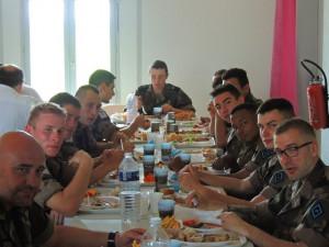 Une photo pour voir de plus près ceux qui étaient au fond de la rangée de tables