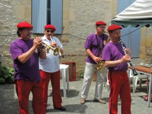 Les musiciens dans la cour  entament une ritournelle .