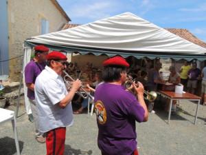 Les musiciens jouent pour les convives à table sous les tentes