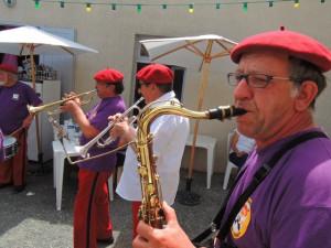 Pascal au sax ténor et nos deux trompettes créent l'ambiance!