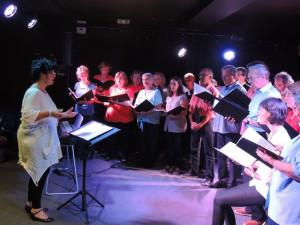 Françoise ouvre ce concert tant à la voix qu'avec des gestes expressifs