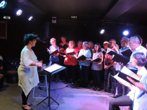 Françoise dirige et accompagne de la voix ses choristes