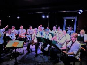 Les sax alto, derrière les ténor et donc les musiciens sont en place!