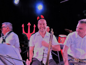 """Frédéric nous présente le """"Démon"""" entouré de Daniel au saxo baryton et à sa gauche de Eric qui le regarde amusé"""