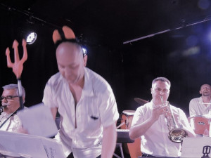 Frédéric reclasse ses pages pendant que l'orchestre joue La Salsa