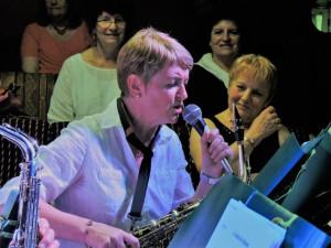 Après la reprise de l'orchestre Véronique à son tour chante