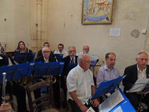 Les clarinettes préparent leurs morceaux et tous écoutent le Chef