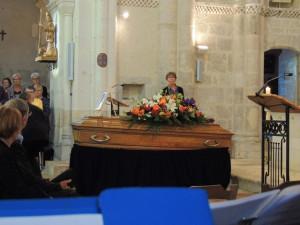 Le cercueil en place devant l'autel