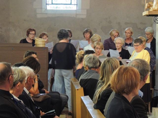 """La chorale paroissiale chante durant les """"moments"""" de la messe La famille au premier rang."""