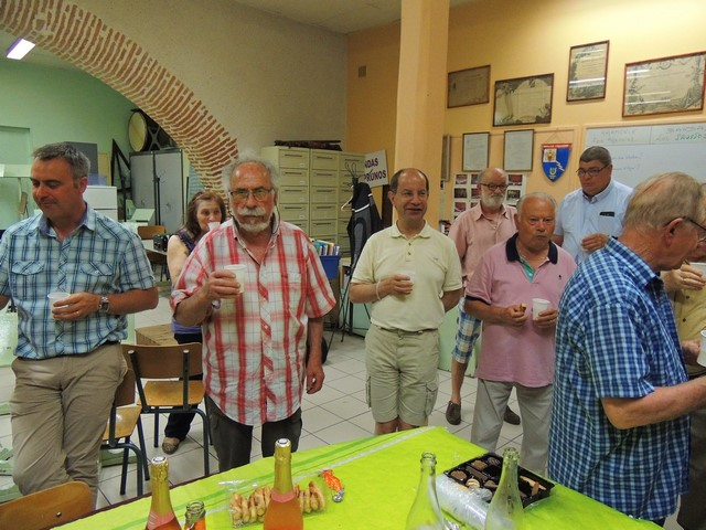 Jacques après avoir servi ses collègues lève le verre de l'Amitié