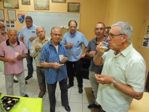 Jean-Claude, le Chef, un verre à la main est tout sourire, à droite Gérard boit aussi pour l'anniversaire de son père