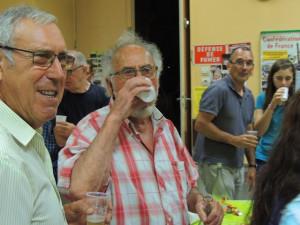 Jacques fini son verre accompagné d'un sourire de son fils Gérard