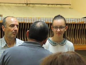 Jean-Michel, de dos, parle devant Alain et Anna, sa fille qui l'écoutent , bien attentifs