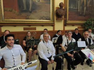 Les musiciens se prêtent à la séance photos avant notre intervention musicale