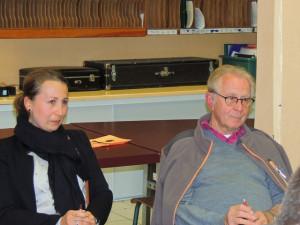 Elodie assise à côté de Jean-Claude pour lui exprimer son soutien dans ce moment délicat