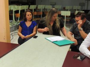 Elodie songeuse, Aurore et Jean-Louis qui prend des notes