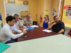 Le Président et les autres membres du Bureau tels Anna et Gérard, écoutent l'exposé du Chef Laurent à l'autre bout de table