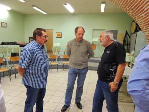 Alain maintient son point de vue devant Jean-Louis et Pascal qui l'écoutent.