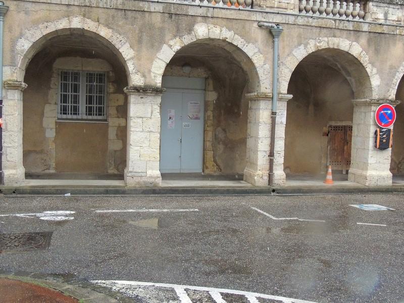 """Arcades rue Paul Pons et entrée Centre Culturel-salle polyvalente """"Musique""""."""