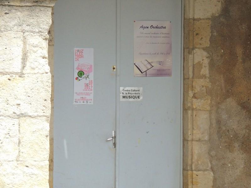 """La porte d'entrée de la salle de répétitions , avec une belle affiche à l'effigie de """" Agen Orchestra """""""
