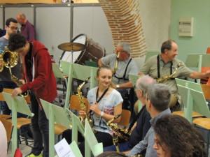 Les saxophones altos se retrouvent aussi et accueillent un nouveau musicien