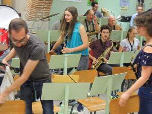 Les clarinettes 2 et 3 arrivent à trouver leur place , ce qui n'est pas facile vu leur nombre et derrière les 1ères clarinettes