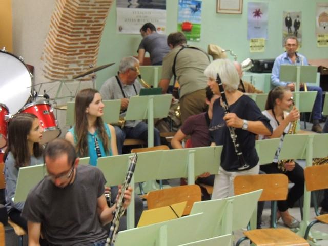 La mise en place continue, une clarinette 2 (Marie Blanche et moi qui viendra à sa droite ensuite), les sax ténor derrière et au fond les basses