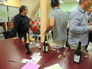 Une partie de la grande table a servie pour poser bouteilles de champagne, cidre et petits gâteaux
