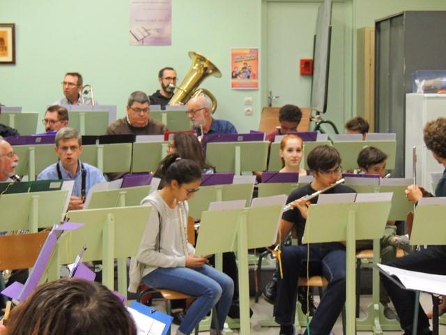 Les autres musiciens, les flûtes devant, attendent que tout rentre dans l'ordre