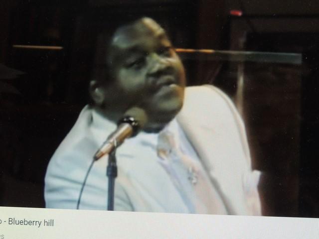Fats savourant en en chantant son succès dans des salles  comble